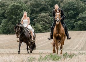Brautpaar reitet