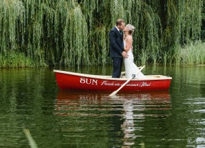 Brautpaar im Ruderboot auf Teich