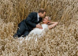 Brautpaar im Kornfeld liegend